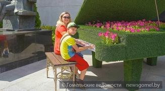 Клумба-рояль и 12 мелодий Чайковского: новый арт-объект появился в Гомеле